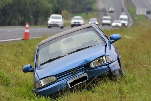 """Em Piracicaba, motorista de 30 anos termina no canteiro após levar """"fechada"""" em rodovia"""