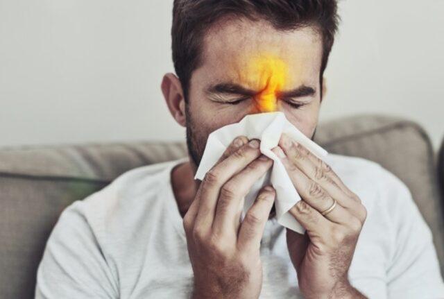 Uma foto de um homem apresentando sinais de rinite