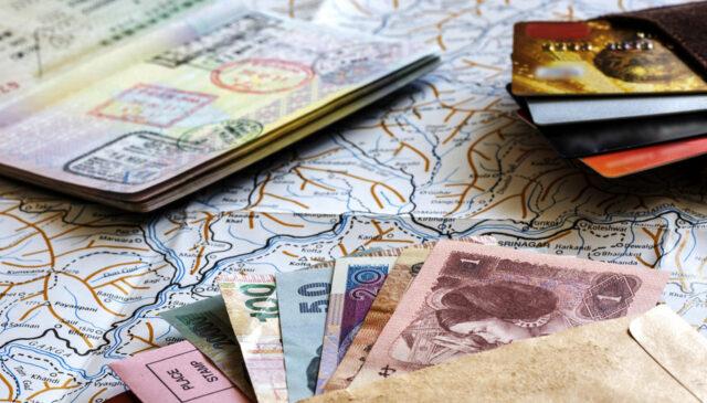 Uma foto de dinheiro e carões