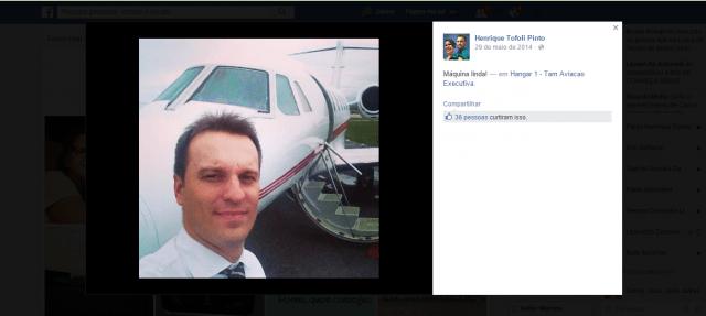 """Em março de 2014, Tofoli postou foto ao lado de aeronave que caiu e disse """"Máquina Linda!"""" - Foto: Reprodução / Facebook"""