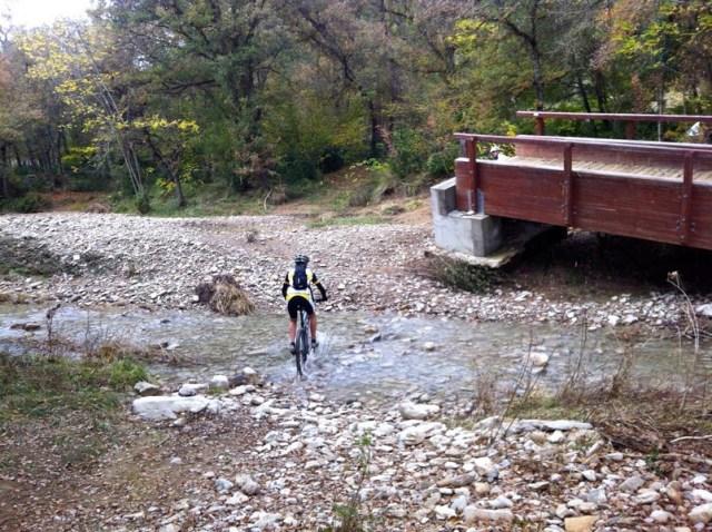 Patri vadeando el barranco de Atarés.