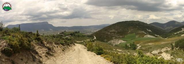 Panoramica de la llegada a Baraguas, con el Oroel a la izquierdas el Rapitán a la derecha