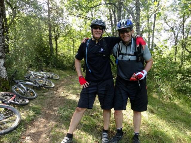Pachi y yo, en uno de los cruces del bosque.