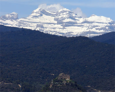 Castillo de Boltaña. Al fondo, Monte Perdido (Ordesa)