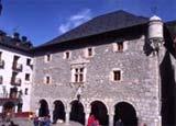 Ayuntamiento de Bielsa, junto a la Casa Larraga