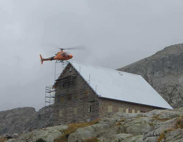 helicóptero de panticosa  realizando labores en bachimaña
