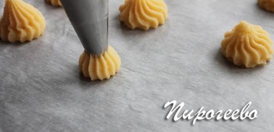 Выдавливаем с помощью насадки тесто на противень