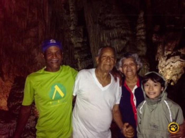 Lucas, nosso super guia de 11 anos, com os bisavos
