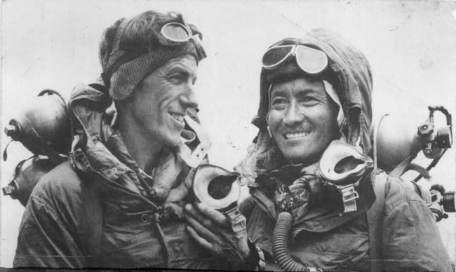 Hillary e Norgay, os primeiros homens a pisar no topo do Everest. By Jamling Tenzing Norgay - http://www.tenzing-norgay-trekking.de, CC BY-SA 3.0,