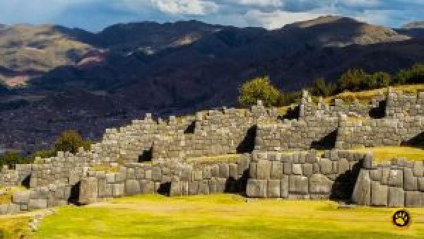 Ruínas de Sacsayhuaman, um templo a céu aberto onde eram realizadas comemorações do Império Inca. Pode-se ver Cusco ao fundo.