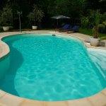 Une piscine haricot atypique pour se démarquer des voisins