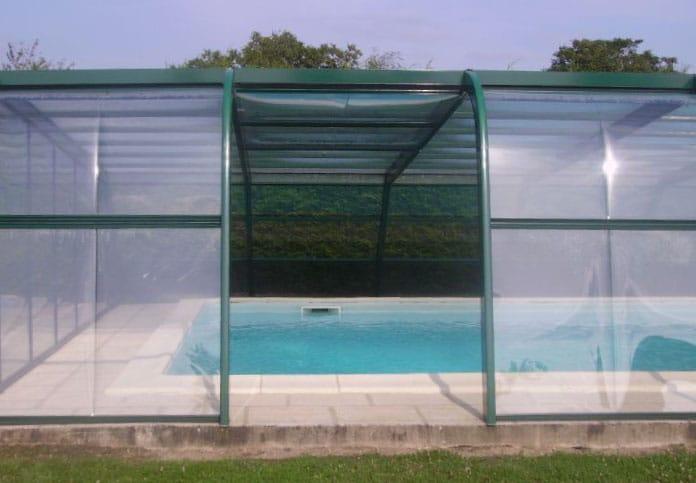 abri asymetrique de piscine avec panneaux escamotables