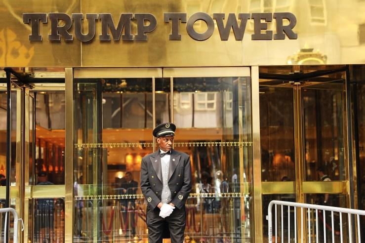 Un portero se encuentra frente a la Trump Tower a lo largo de la Quinta Avenida el 14 de agosto de 2017 en la ciudad de Nueva York.  (Imágenes falsas)