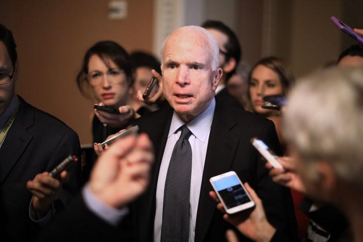 El senador John McCain (R-AZ) sale de una reunión donde se presentó a los senadores republicanos una nueva versión de un proyecto de ley de salud republicana en el Capitolio de los Estados Unidos el 13 de julio de 2017 en Washington, DC.  El proyecto de ley tiene como objetivo derogar y reemplazar la Ley del Cuidado de Salud a Bajo Precio, también conocida como Obamacare.