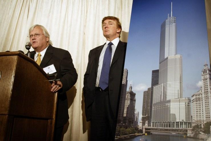 El desarrollador inmobiliario Donald Trump (R) y el arquitecto Adrian Smith presentan una interpretación artística de Trump Tower Chicago en una conferencia de prensa el 23 de septiembre de 2003 en Chicago, Illinois.  El edificio de 90 pisos debía estar terminado en 2007 y albergaría oficinas, departamentos y espacios hoteleros.  (Imágenes falsas)