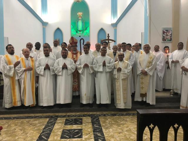 Padres posam para foto após Santa Missa