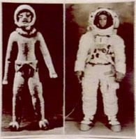 در این تصویر دو فضانورد دیده میشود . تصویر سمت چپ فضانورد عصر حاضر و تصویر سمت چپ مجسمه ای که نزدیک 1800سال قدمت دارد