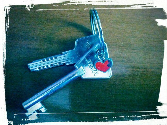 unas llaves y un corazón desconchado