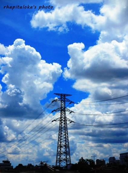 Berdiri tegak diantara awan putih dan langit biru.