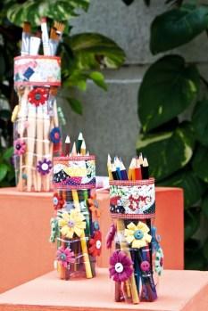 Porta lápis e canetas lindos. As possibilidades de decorações são ilimitadas.