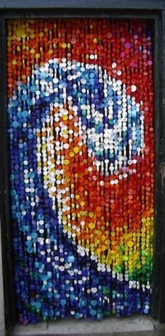 Uma cortina toda feita com tampinhas de garrafas pet. Essa é a cara do litoral!