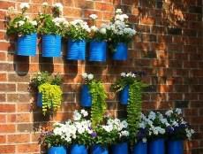 Vasos de flores para paredes, pintados de azul eles se destacaram e ficaram lindos.