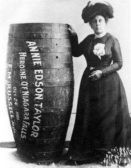 A professora aventureira Annie Edison Taylor, ela foi a primeira pessoa a sobreviver descendo as Cataratas do Niágara em um barril, 1901.