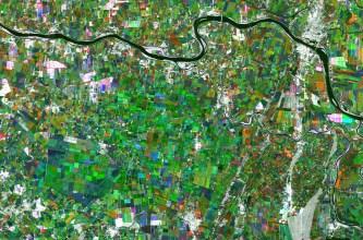 Uma compilação de três imagens do rio Po, que corre de leste a oeste no norte da Itália