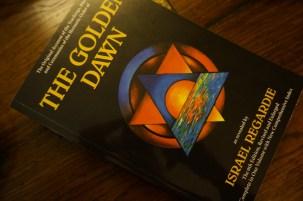 這本書是Golden Dawn。它由Israel Regardie撰寫。