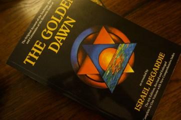 """Это книга """"Золотая заря"""". Это написано Израилем Регарди."""
