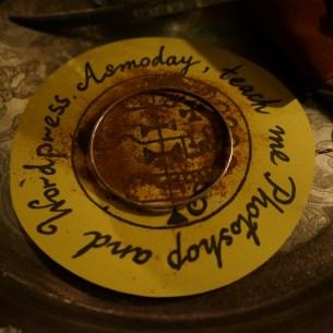 Detta är en ritual med Asmoday. Jag hade också en speciellt armband. Armbandet placerades på sigillet av Asmoday när jag gjorde magi.