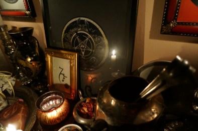 Мой алтарь с печатями Люцифера, Бюна (верхние рамки), сигилой Бафомета и сигилой Люцифуга.