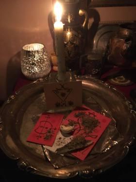 これは、Grimorium Verumの悪魔Huictiigarasによる癒しの呪文です。私は鳥の羽、彼の紙人形、Lucifer、Huictiigaras、Heramaelの印章、そしてハーブを使用しています。