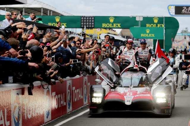Fernando Alonso celebrando la victoria en las 24 horas de Le Mans. Dejará el WEC tras la próxima edición de la prueba.