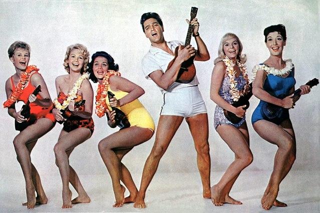Elvis Presley cantando en la película Blue Hawaii