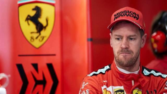 Vettel se muestra pensativo en el box de Ferrari