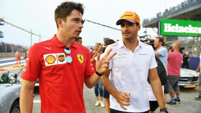Leclerc y  Sainz pasean juntos por el paddock