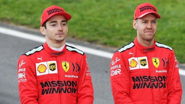 Vettel y Leclerc posan para la foto oficial de Ferrari
