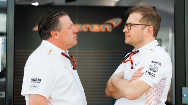 Seidl y Brow charlan frente al box de McLaren