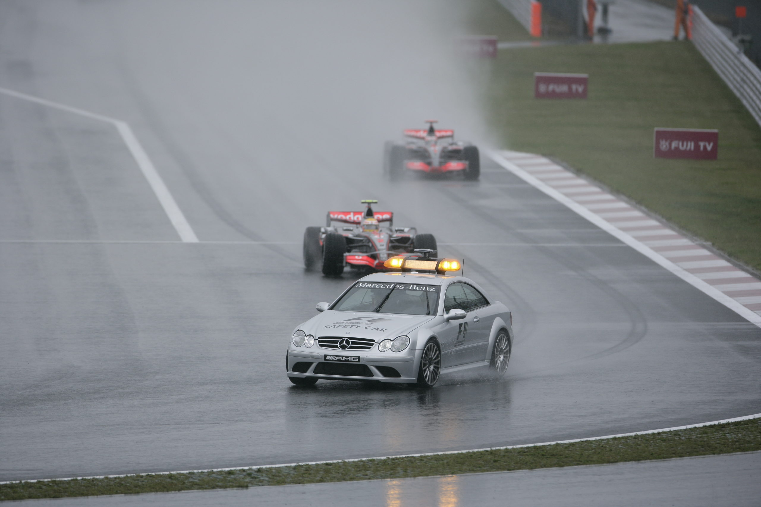Formel 1, Grand Prix Japan 2007, Fuji, 30.09.2007 F1 Safety Car, Mercedes-Benz CLK 63 AMG Sieger Lewis Hamilton (1.), McLaren-Mercedes MP4-22 Fernando Alonso (Unfall), McLaren-Mercedes MP4-22