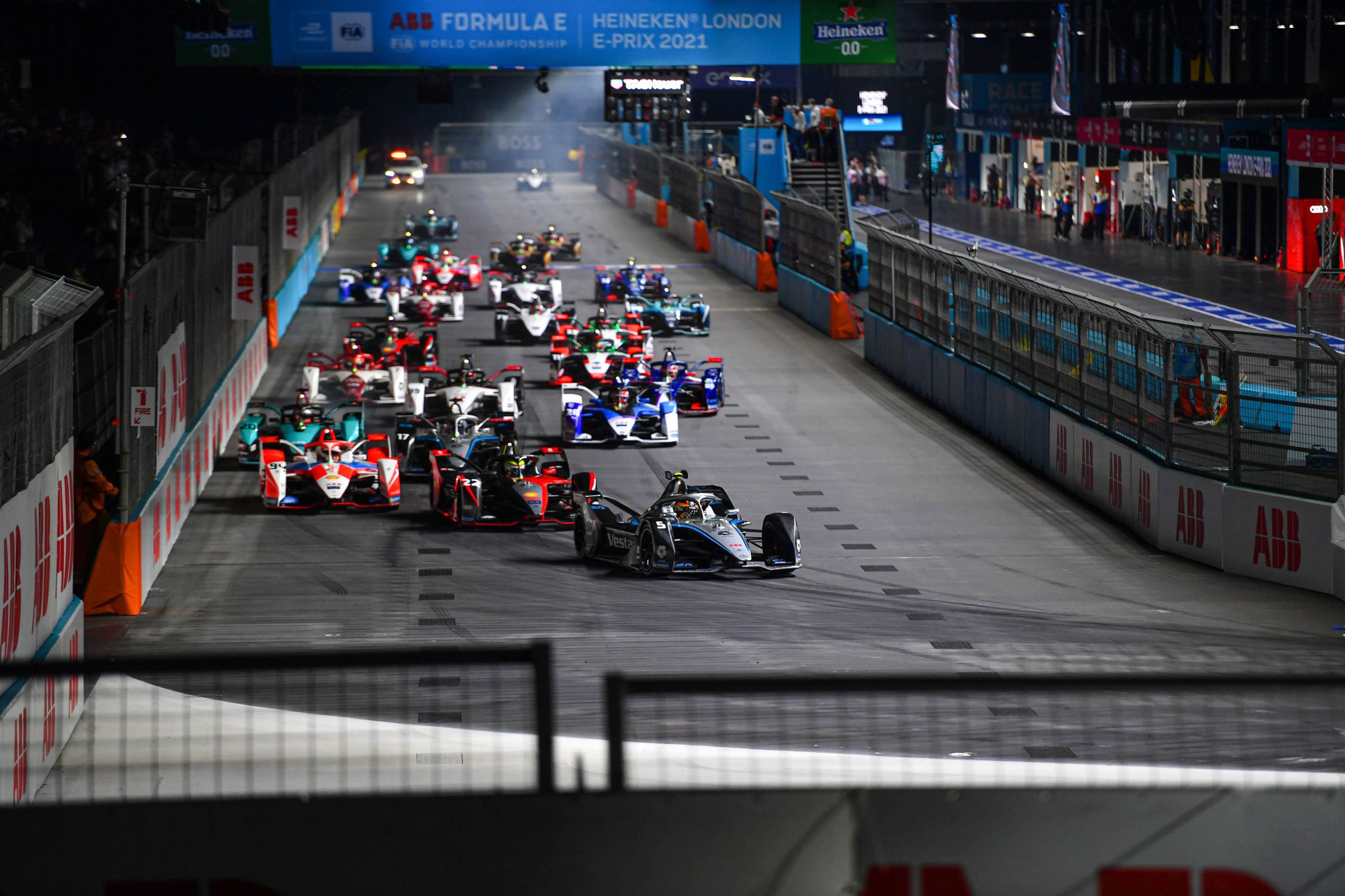 Stoffel Vandoorne (BEL), Mercedes Benz EQ, EQ Silver Arrow 02, leads Oliver Rowland (GBR), Nissan e.Dams, Nissan IMO3, Alex Lynn (GBR), Mahindra Racing, M7Electro, and the rest of the field at the start