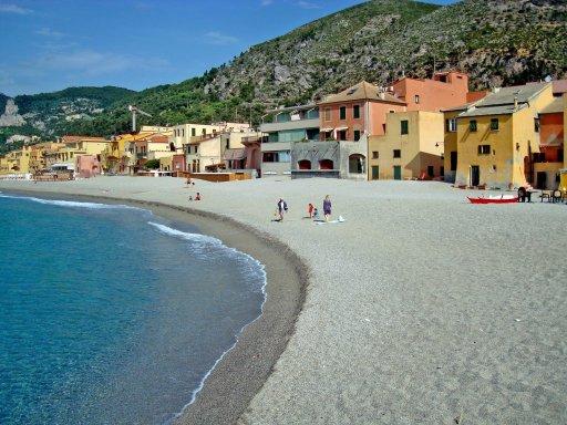 a spiaggia a Varigotti