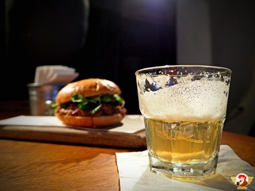 Tutaj z kolei pulled pork burger i drink na bazie chmielu i ekstraktu chmielowego.