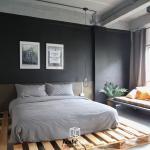 Hcubebkk Mr Black Room 1 Queen On Wood Pallet Entire Apartment Bangkok Deals Photos Reviews
