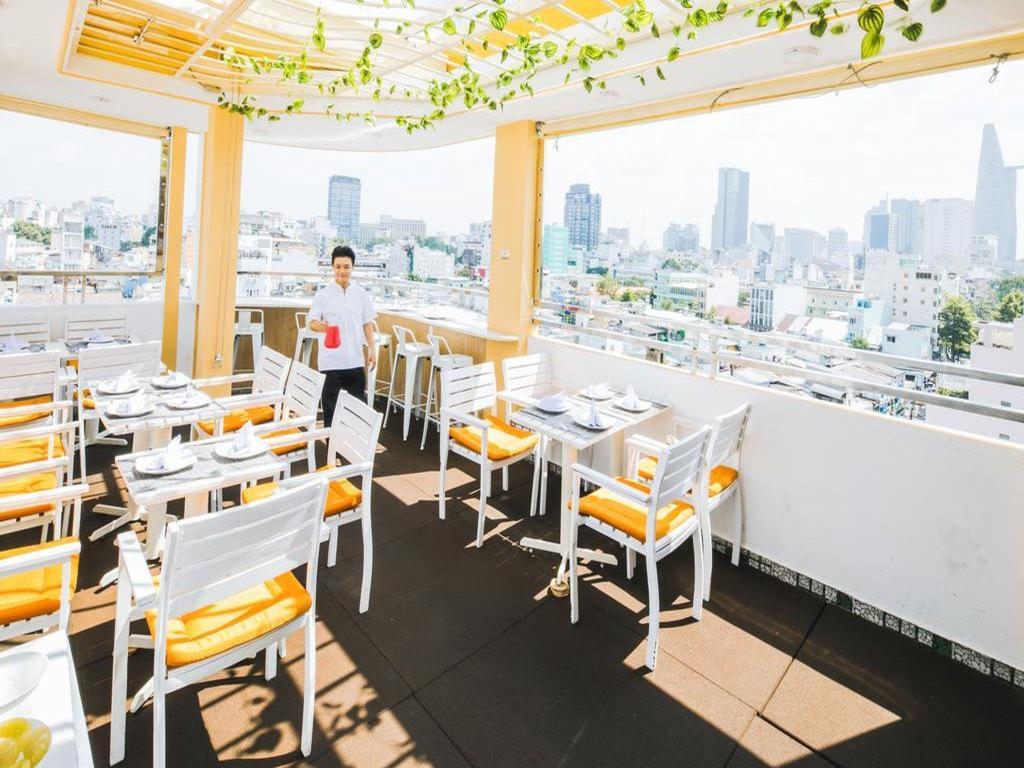 imagesРесторантът на Chez Mimosa Boutique Hotel с гледка към града