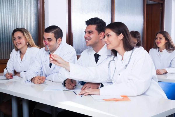 international_medical_students_90852171-min