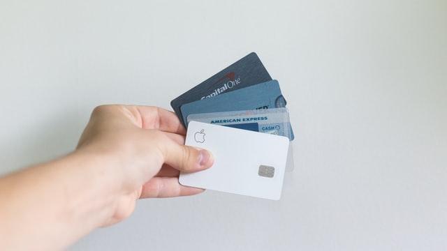 Diferentes tarjetas en una mano