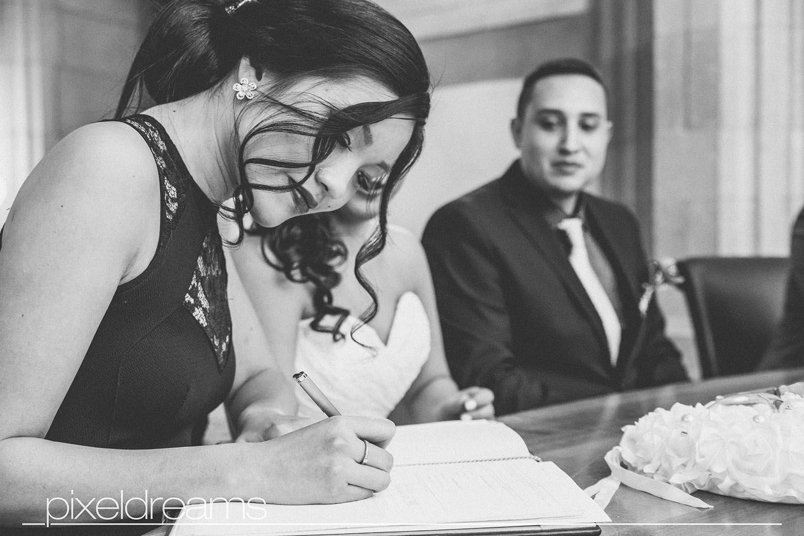 Trauzeugin und Trauzeuge verewigen sich ebenfalls im Ehebuch