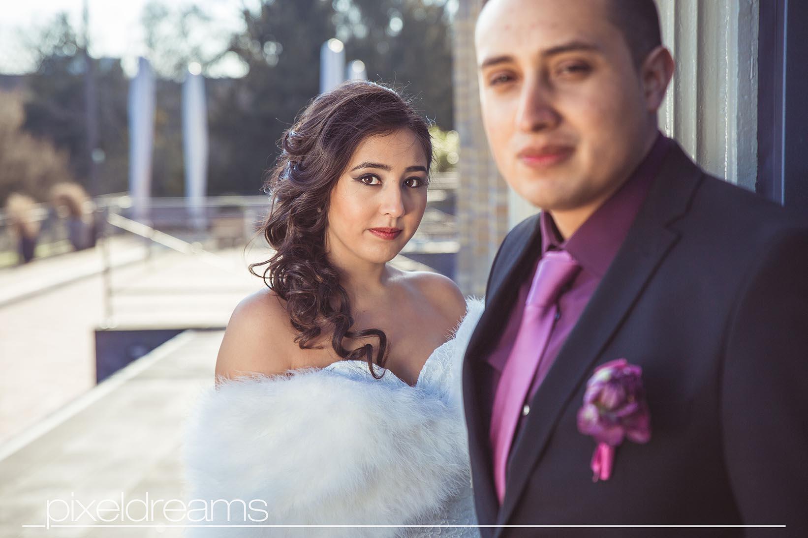 Braut und Bräutigam posieren für Hochzeitsfotos in der Zoo Flora