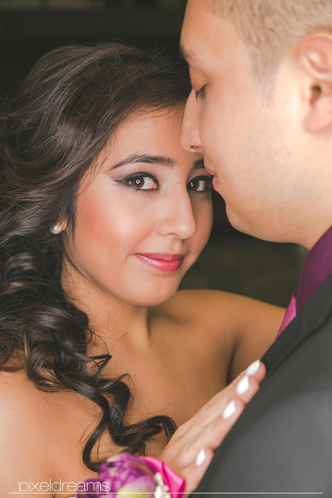 Hochzeitsfotoshooting - Braut seitliches Portrait-lächelt